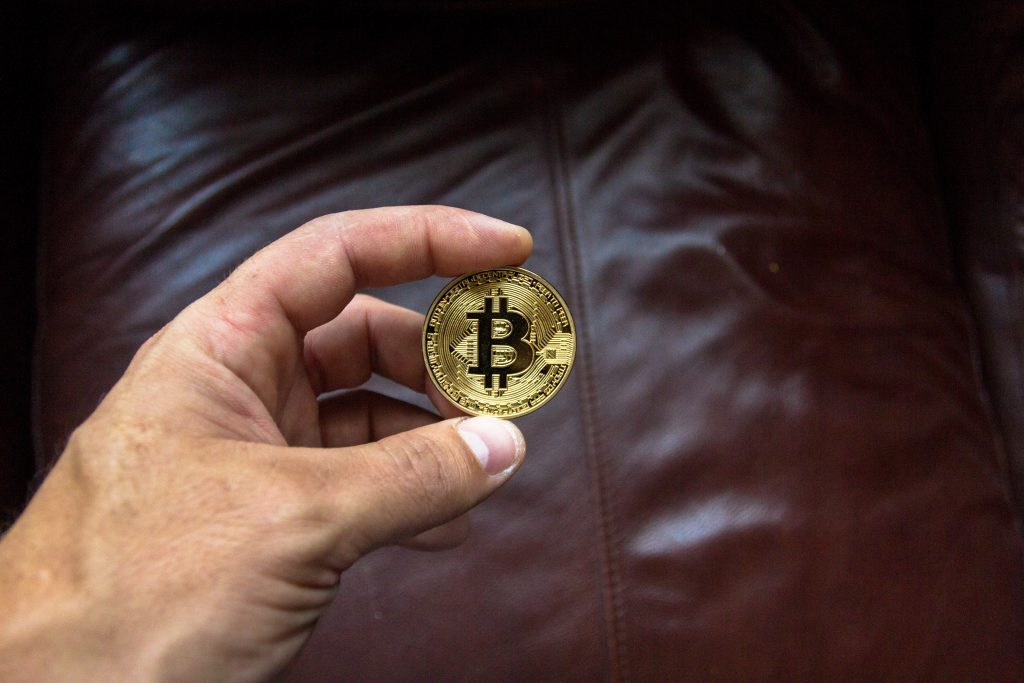 Bitcoin Münze in der Hand